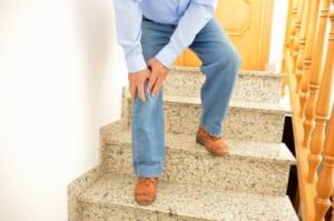 階段で膝が痛いのは変形性膝関節症の症状