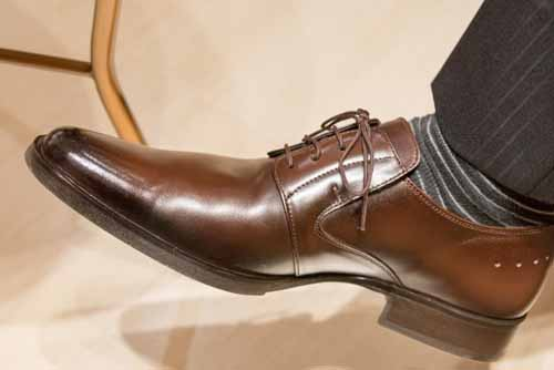 膝に良くない革靴での営業