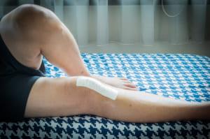 膝が痛いときは湿布を貼る